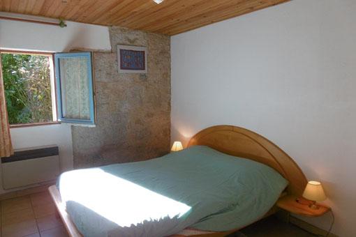 lit double avec vue sur le jardin
