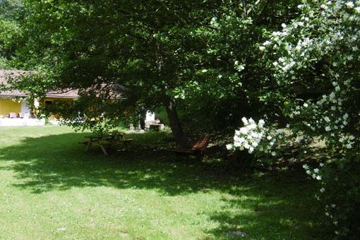 petit coin repas dans le jardin